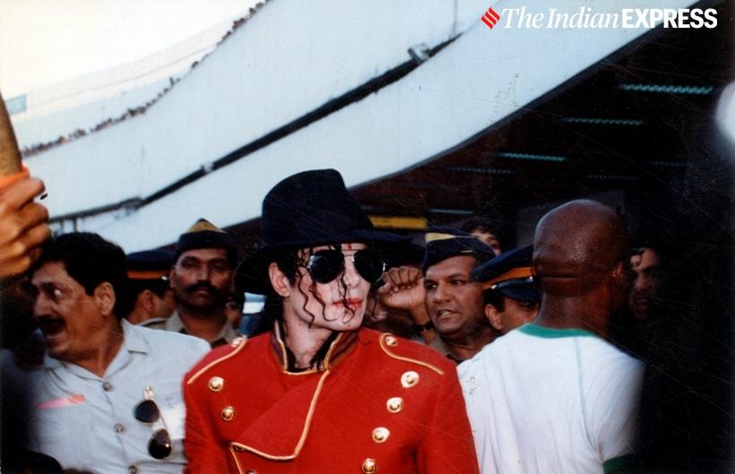 मायकल भारतात आला तेव्हा मुंबईत रस्त्यावर दुतर्फा त्याच्या चाहत्यांनी प्रचंड गर्दी केली होती. अक्षरशः त्याच्या कारला जायलाही जागा मिळत नव्हती.