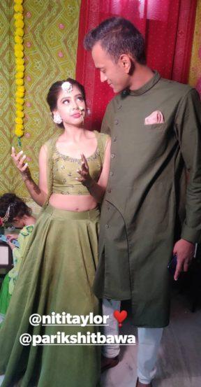 परिक्षित बावा असं नितीच्या होणाऱ्या पतीचं नाव असून मेहंदीच्या कार्यक्रमासाठी दोघांनी एकसारख्या रंगाचे कपडे परिधान केले होते.