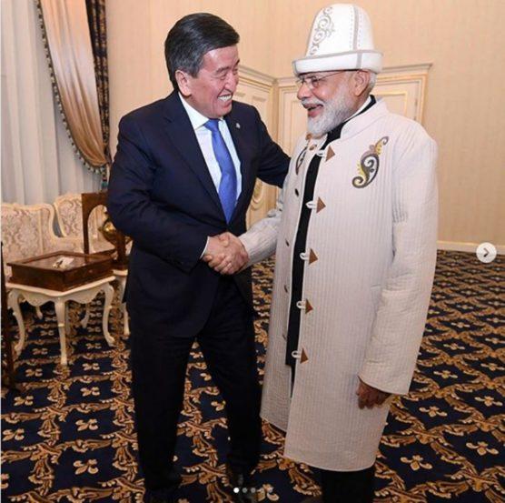 पंतप्रधान नरेंद्र मोदी यांनी जुन २०१९ मध्ये किर्गिजस्तानचा दौरा केला होता. त्यावेळी त्यांनी हा पारंपरिक पोशाख परिधान केला होता.