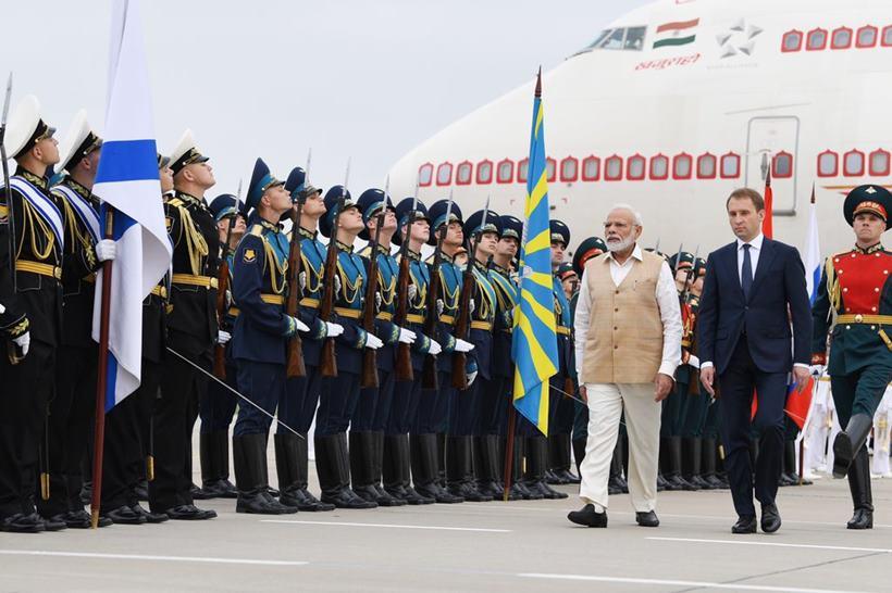 नरेंद्र मोदी यांनी सप्टेंबर २०१९ मध्ये रशियाचा दौरा केला होता. त्यावेळी त्यांनी हा पारंपरिक पोशाख परिधान केला होता.