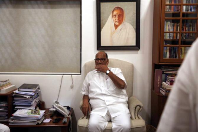 राष्ट्रवादी काँग्रेसचे अध्यक्ष शरद पवार आज महाराष्ट्र राज्य सहकारी बँक गैरव्यवहारप्रकरणी अंमलबजावणी संचालनालयाच्या (ईडी) मुंबईतील कार्यालयाला सदिच्छा भेट देणार आहेत.
