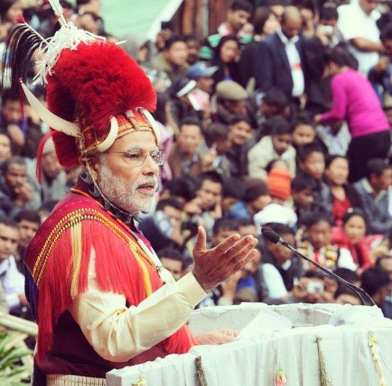 पंतप्रधान नरेंद्र मोदी यांनी २०१४ मध्ये नागालँडचा दौरा केला होता. त्यावेळी त्यांनी हा पारंपरिक पोशाख परिधान केला होता.
