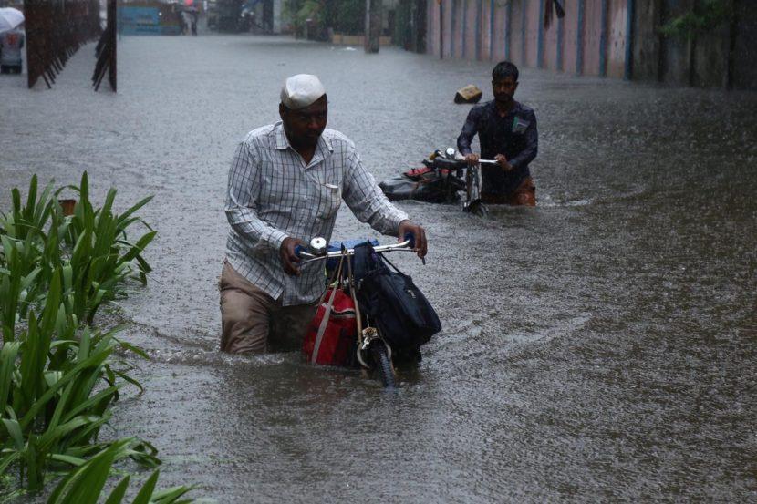 वांद्रे परिसरात पाणी साचल्यामुळे नागरिकांना गुडघाभर पाण्यातून जावे लागत आहे. (फोटो सौजन्य : निर्मल हरिंद्रन)