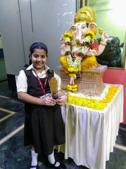 'सिंधू' मालिकेत भूमिका साकारणारी बालकलाकार वंशिका इनामदार हिने शाळेत जाण्यापूर्वी बाप्पाचा आशिर्वाद घेतला.