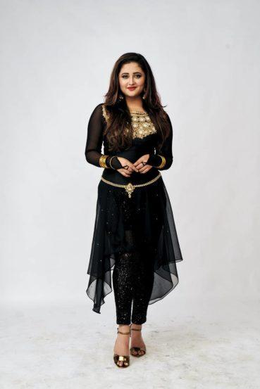 रश्मी देसाई- छोट्या पडद्यावरील अभिनेत्री रश्मीने बिग बॉसच्या घरात येण्यासाठी सर्वाधिक मानधन घेतल्याचं समजतंय. 'उतरन' मालिकेतील 'तपस्या'च्या भूमिकेमुळे ती प्रसिद्ध झाली.