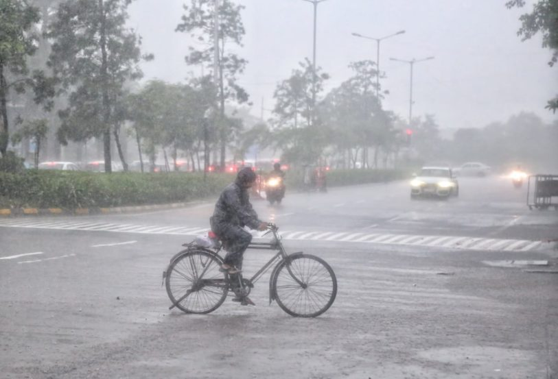 दहा दिवसांच्या विश्रांतीनंतर पुन्हा एकदा पाऊस सक्रीय झाला आहे. ऐन गणेशोत्सवामध्ये पावसाने जोर धरल्यामुळे सणातील उत्साह कमी झाल्याचे पहायला मिळत आहे. (फोटो सौजन्य : अमित चक्रवर्ती)