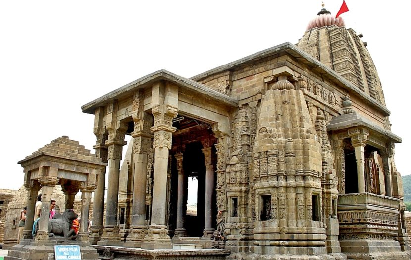 बैजनाथ मंदिर, हिमाचल प्रदेश - हिमाचल प्रदेशातील बैजनाथ येथील एका मंदिरात रावणाची पूजा केली जाते. पौराणिक कथांनुसार, रावण भगवान ब्रह्माचा नातू होता, तसेच तो कुबेरचा धाकटा भाऊ देखील होता. त्यामुळे एका विद्वान राजाला जाळणे योग्य नाही. अशी मान्यता येथील लोकांची आहे. म्हणून येथील लोक रावणाची पूजा करतात.