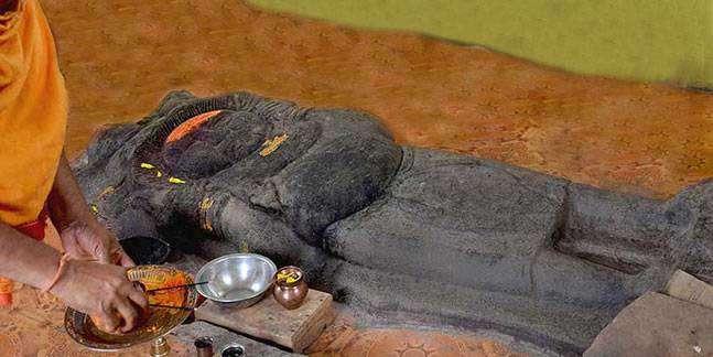 """रावणग्राम रावण मंदिर, मध्य प्रदेश - मध्य प्रदेशातील रावणग्राम येथील लोक रावणाची पूजा करतात. येथे रावणाची सुमारे १० फूट उंच एक प्राचिन मुर्ती आहे. ही मूर्ती १४ व्या शतकातील आहे असे म्हटले जाते. दसऱ्याच्या दिवशी संपूर्ण देशात रामाची पूजा व रावणाचे दहन केले जाते मात्र, रावणग्राम मंदिरात """"रावण बाबा नमः"""" असा जयघोष करत रावणाची पूजा केली जाते."""