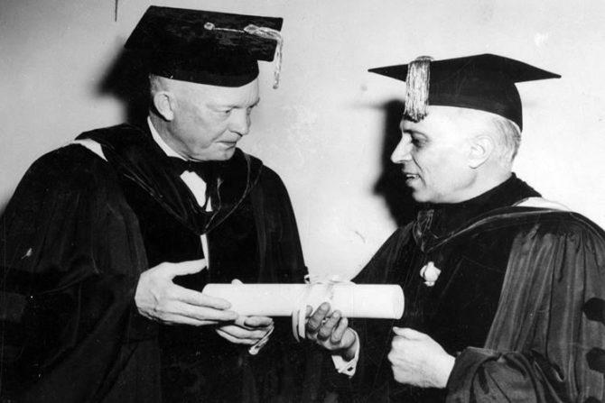 पंडीत जवाहरलाल नेहरू – जवाहरलाल नेहरू हे स्वतंत्र भारताचे पहिले पंतप्रधान होते. त्यांनी १६ वर्षे, २८६ दिवस या पदाचा कारभार सांभाळला. माजी पंतप्रधान नेहरू यांनी त्यांचे सुरूवातीचे शिक्षण भारतात घेतले. त्यानंतर ते पुढील शिक्षणासाठी लंडनच्या हॅरो येथे गेले. या दरम्यानच्या काळात त्यांनी ट्रिनिटी महाविद्यालय आणि केंब्रिज विद्यापीठातून मूलभूत विज्ञानाचे शिक्षण घेतले. याशिवाय, त्यांनी इनर टेम्पल या संस्थेतून कायद्याचे शिक्षणही घेतले होते.