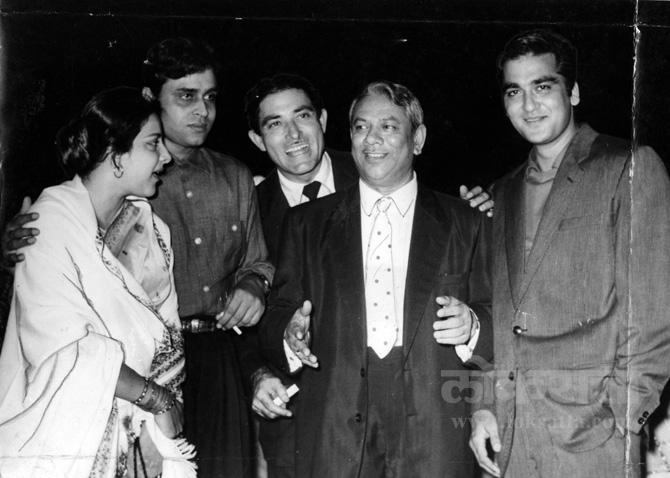 मदर इंडिया चित्रपटाच्या यशानिमित्त राजकुमार यांनी दिलेल्या पार्टीतील नर्गिस, राजेंद्र कुमार, राजकुमार, मेहबूब आणि सुनील दत्त यांचे छायाचित्र.