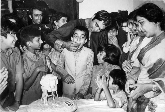 संजूबाबाचा वाढदिवस साजरा करताना दत्त दाम्पत्य.