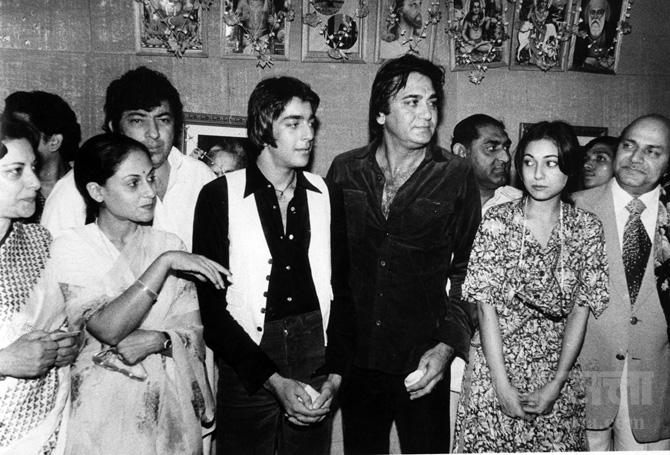 नर्गिस, जया बच्चन, अमजद खान, संजय दत्त, सुनील दत्त, टीना मुनीम, गुलशन राय यांचे रॉकी चित्रपटाच्या सेटवरील छायाचित्र.