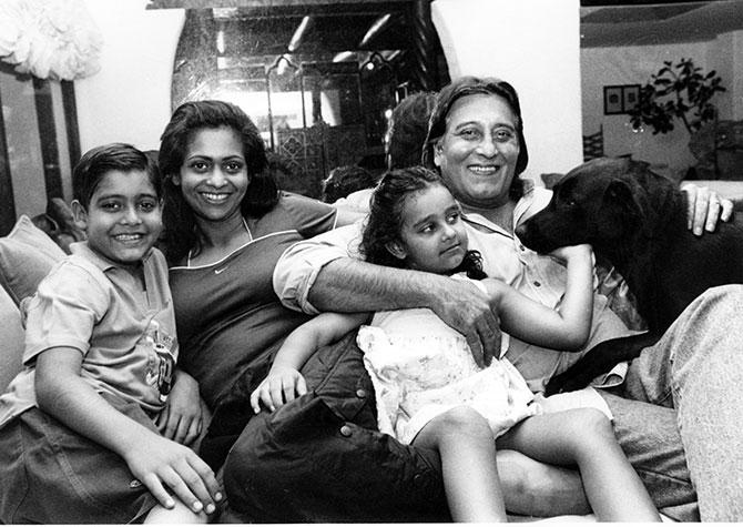 विनोद खन्ना, त्यांची पत्नी कविता खन्ना, मुलगा साक्षी खन्ना आणि मुलगी श्रद्धा खन्ना. (एक्स्प्रेस आर्काइव्ह फोटो)