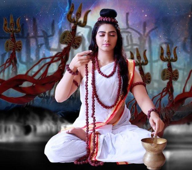 दुसरं रुप आहे ब्रह्मचारिणी दुर्गेचं.नवशक्तींपैकी'ब्रम्हचारिणी'हे दुर्गेचं दुसरं रूप आहे. येथे'ब्रह्म'या शब्दाचा अर्थ तपस्या आहे. ब्रम्हाचारिणी म्हणजे तपाचे आचरण करणारी. नवरात्राच्या दुसर्या दिवशी या मातेची पूजा केली जाते. या दिवशी साधकाचं मन'स्वाधिष्ठान'चक्रात स्थिर होते. या चक्रात मन स्थिर करणार्याला तिची कृपा आणि भक्ती प्राप्त होते. या देवीचे रूप अतिशय देखणे आणि भव्य आहे.