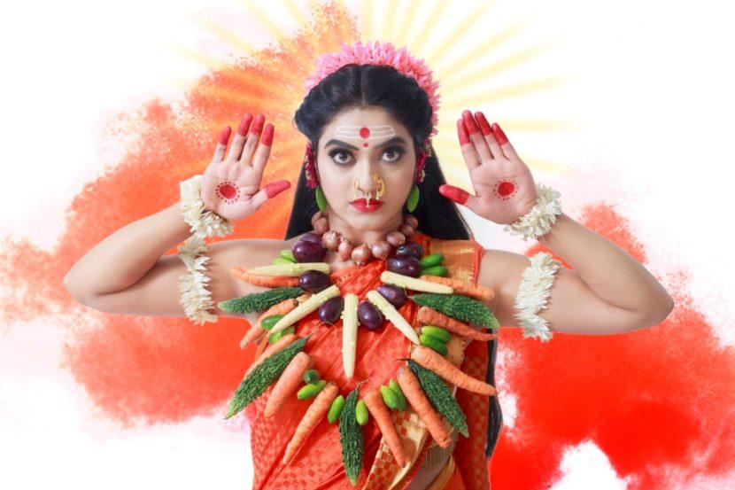 नवरात्रोत्सवाचं महत्त्व जाणून श्री गुरुदेव दत्त या मालिकेतील अभिनेत्री कश्मिरा कुलकर्णीने देवीची नऊ रुपं धारण केली आहेत.  यातलं पहिलं रुप आहे'शाकंभरी देवी'चं.शत वर्षे दुष्काळाने जन पीडित झाले असताना देवीने शाक म्हणजेच भाजी पुरवून सर्वांची क्षुधा शांत केली. म्हणूनच या देवतेला शाकंभरी देवी म्हटलं जातं. देवीच्या या रुपाला 'गंगम्मादेवी' असंही म्हटले जाते. दरवर्षी शाकंभरी देवीच्या उत्सवाला सर्व भाज्यांनी सजावट केली जाते