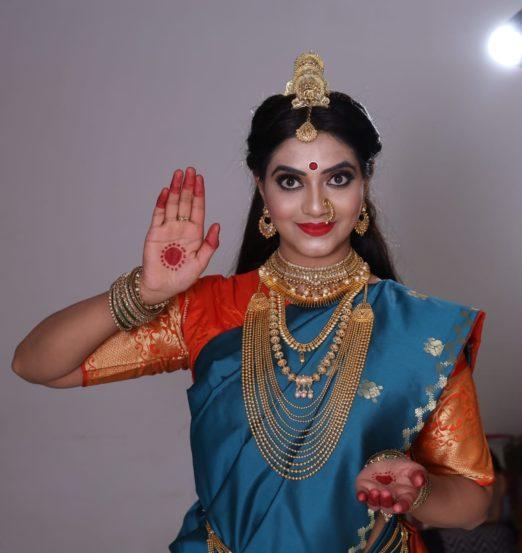 नववं रुप आहे महालक्ष्मी. देवीची ही नऊ रुपं कधी आई, कधी बहिण, कधी सखी तर कधी पत्नी अश्या विविध रुपात आपल्या सभोवताली वावरत असतात. त्यांचा सन्मान हीच खरी देवीची उपासना आहे.